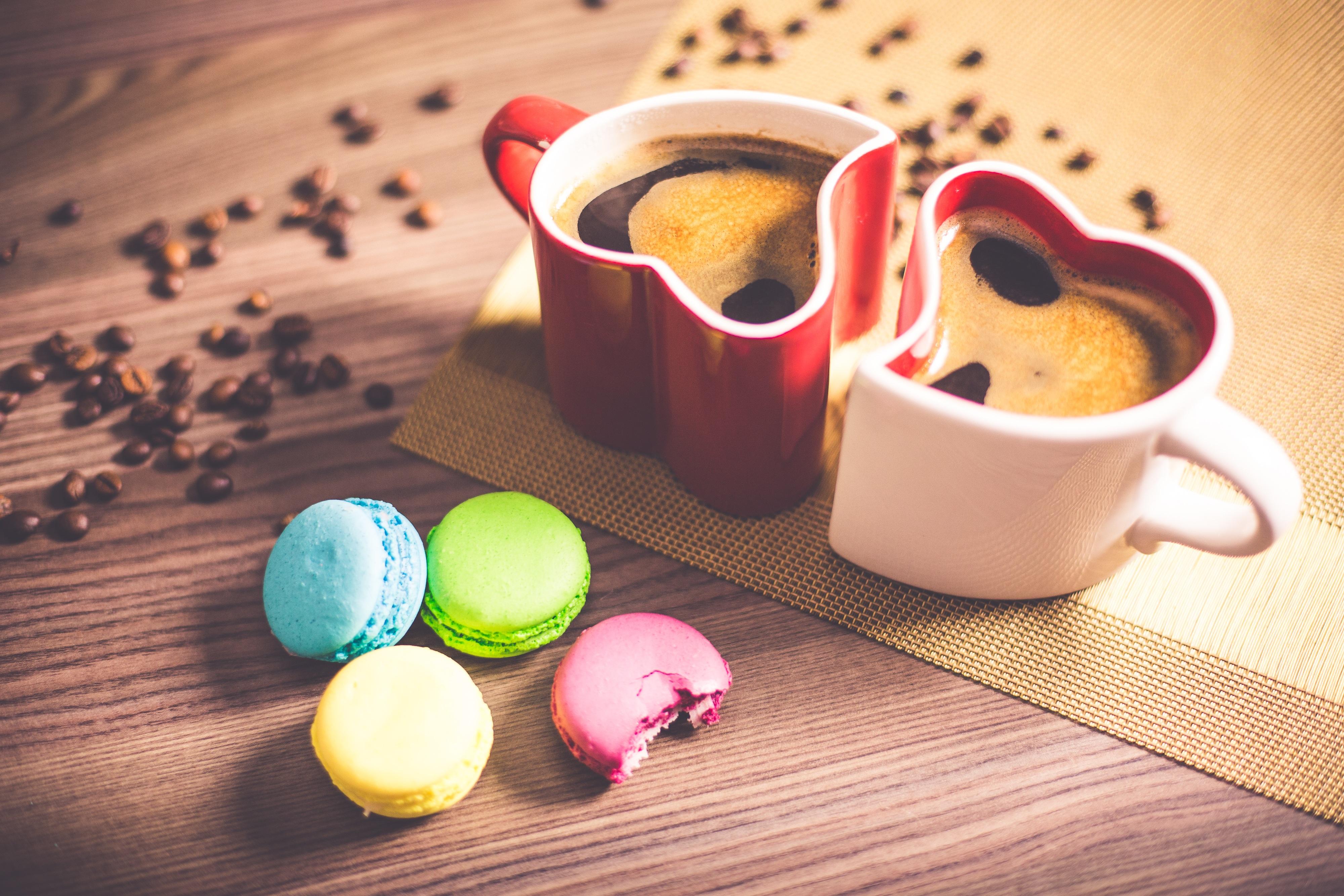 caffè in tazze a forma di cuore