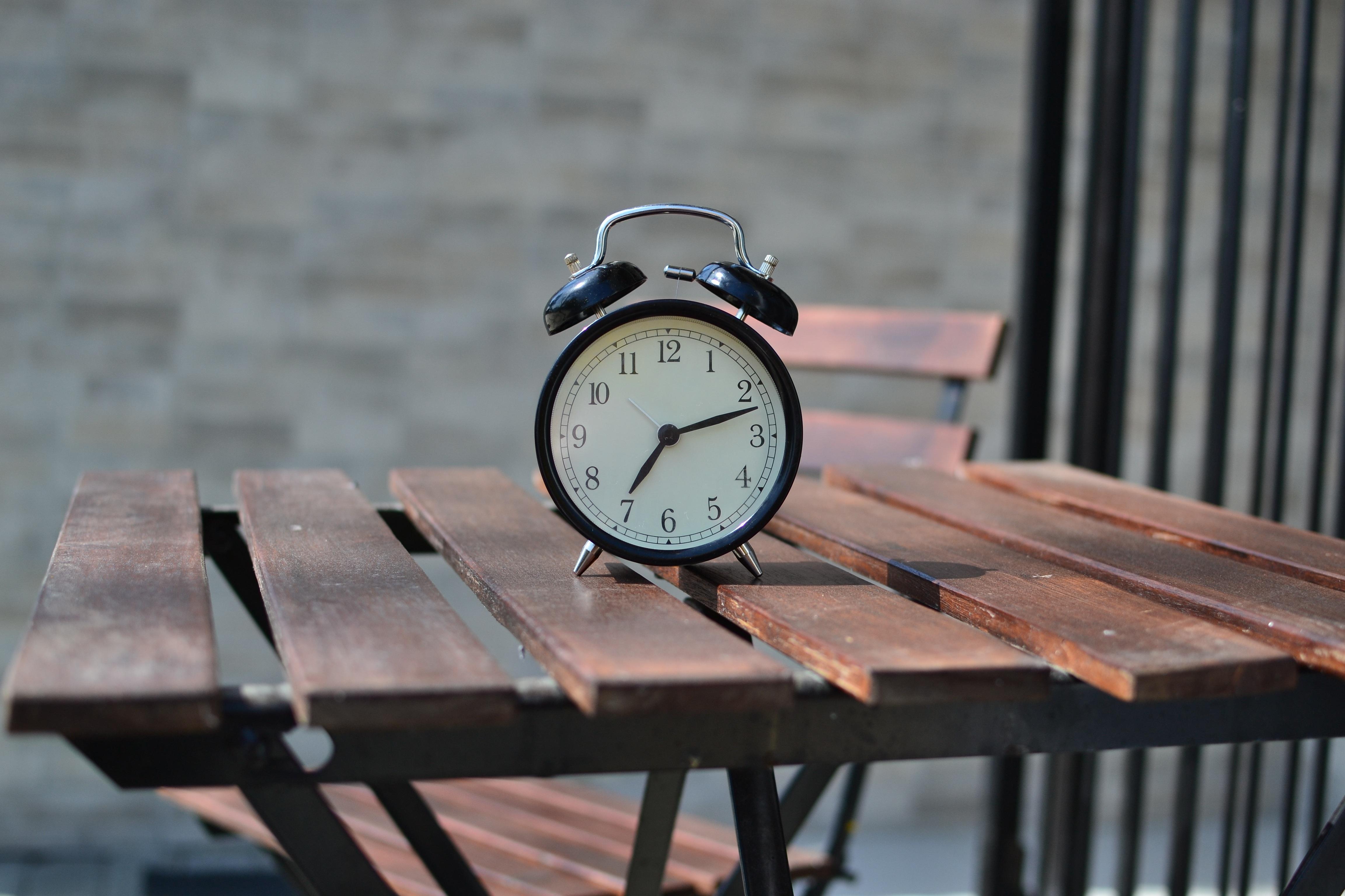 Sveglia su un tavolo che scandisce l'ora