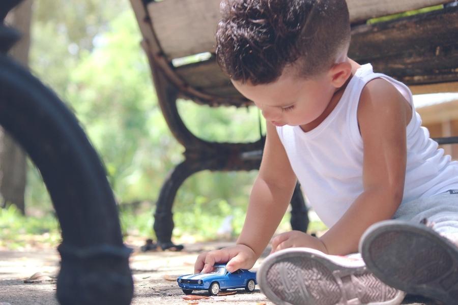 bambino-che-gioca-con-macchinina