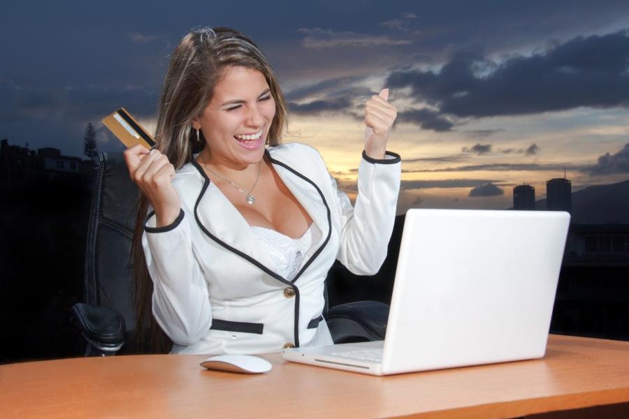 donna-che-acquista-online